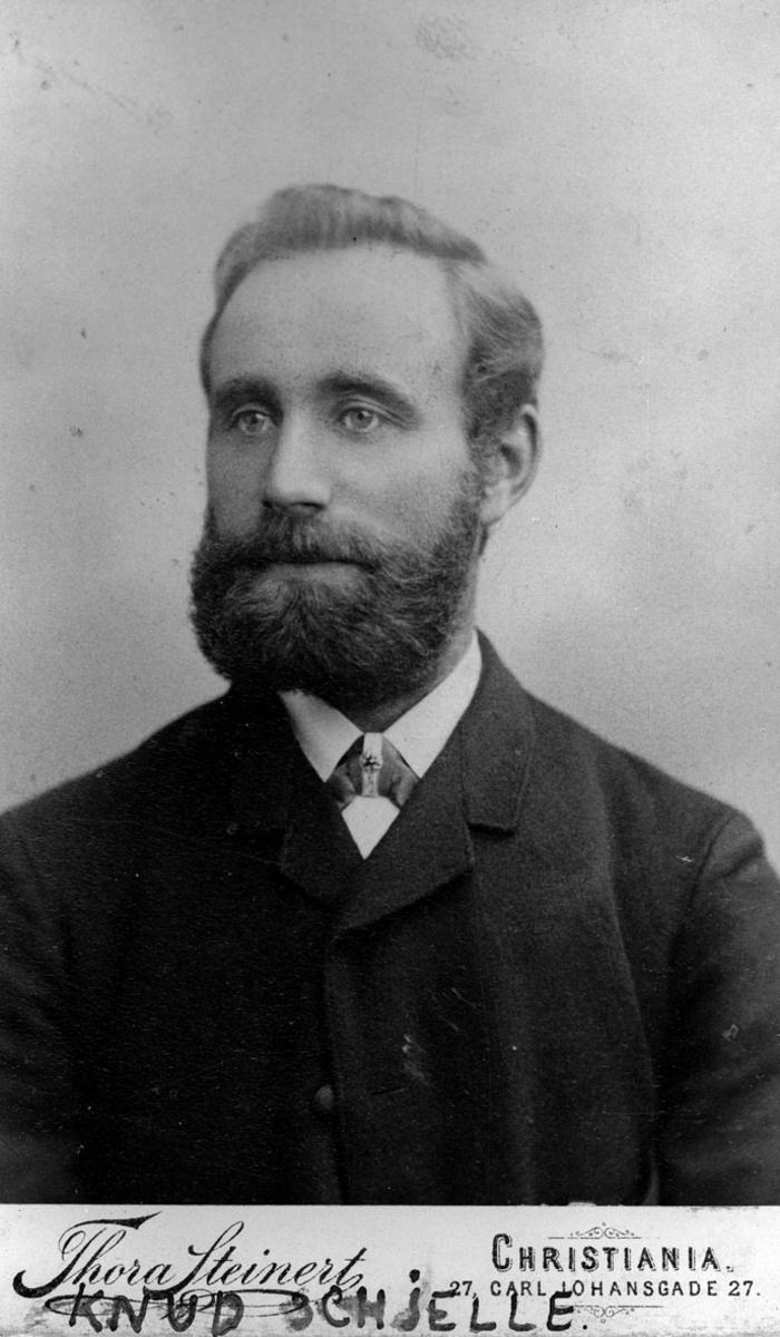 Knud Schelle.