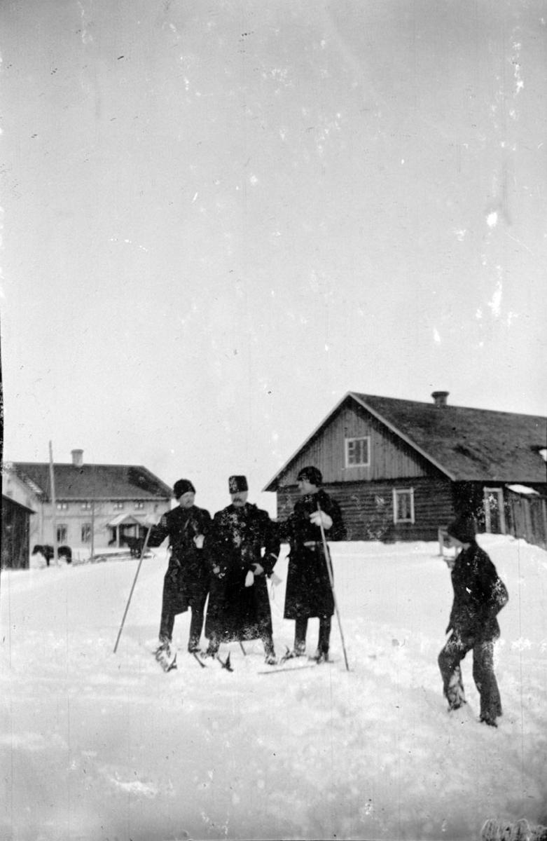 Militær vinterøvelse. Skigåere