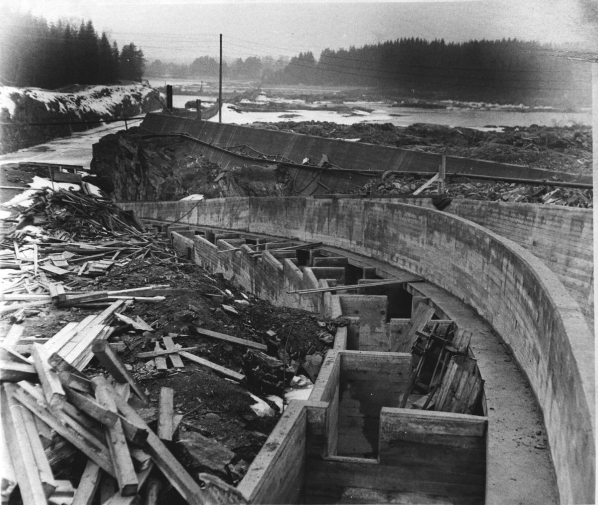 Bygging av kraftverksdammen ved Funnefoss.