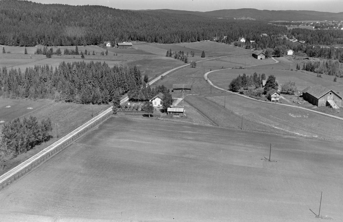 STEINHAUG GÅRD (en av flere?). Urskog-Hølandsbanen går rett forbi. Hjellebølmosen skimtes øverst til høyre.