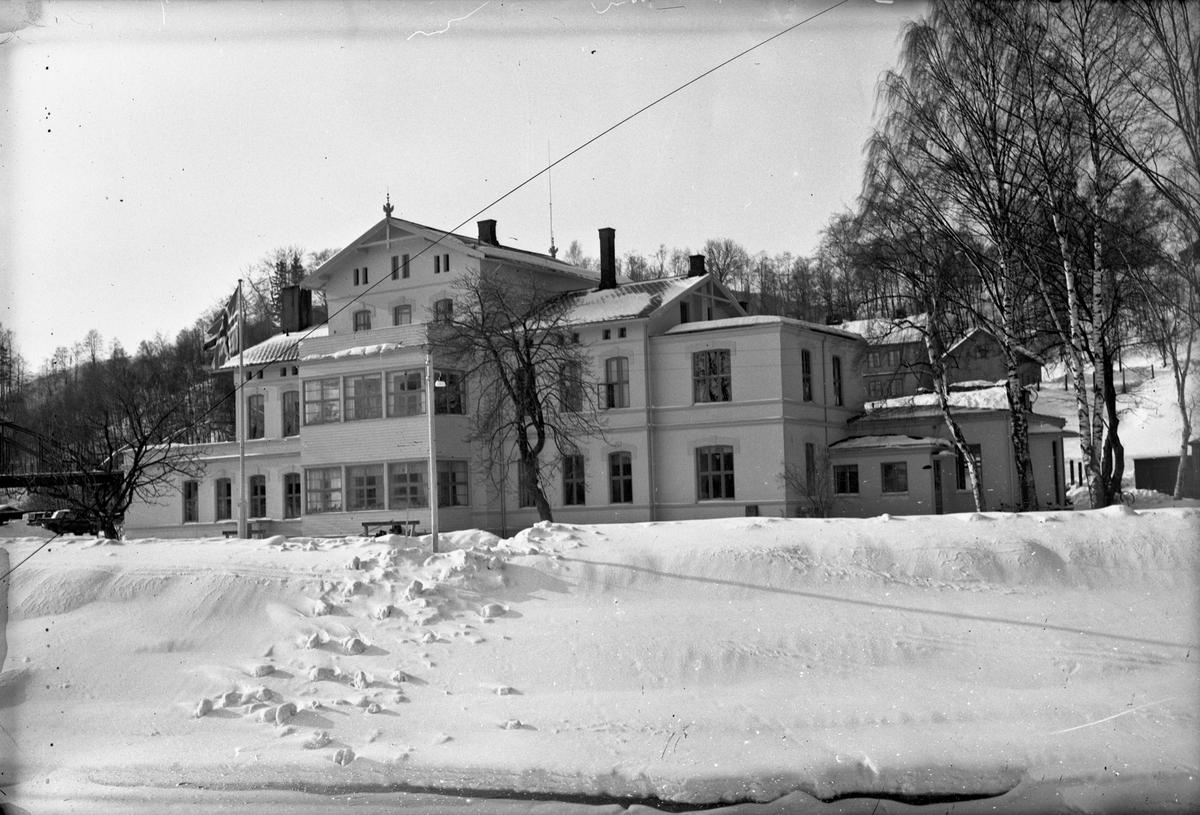 Eidsvoll stasjon vinterstid. Bilde tatt fra isen ute i Vorma.