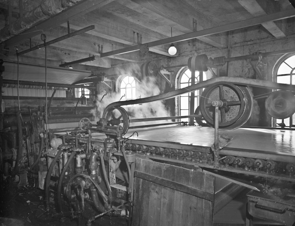 """Fra Bønsdalen. Cellulosefabrikk. Tørkemaskinen som tørker cellulosen – sulfidcellulose. 10.02.2014 Dette er IKKE tørka, dette er i førsten på en lang prosess. Tror dette kaltes """"silen"""". Så kom """"gletten"""" derfra til svære """"ruller"""" som var varmet av damp, slik at cellulosen tørket. Og de var det mange av. Drittjobb når pappen røyk av, styggandes varmt under der.. Skrevet av: Bjørn Egil Fjeldstad"""