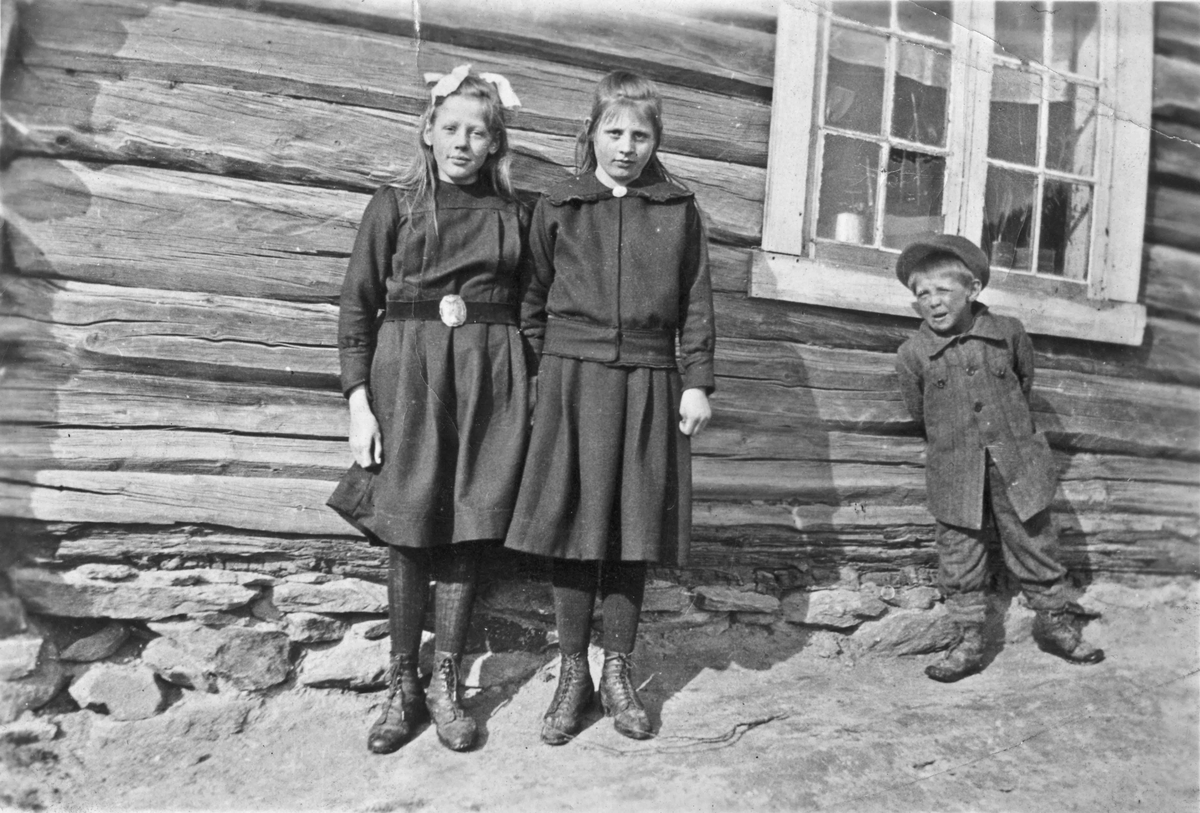 Kåre Skårsmoen og 2 jenter. Blaker i Eidsvoll eller Sørum.