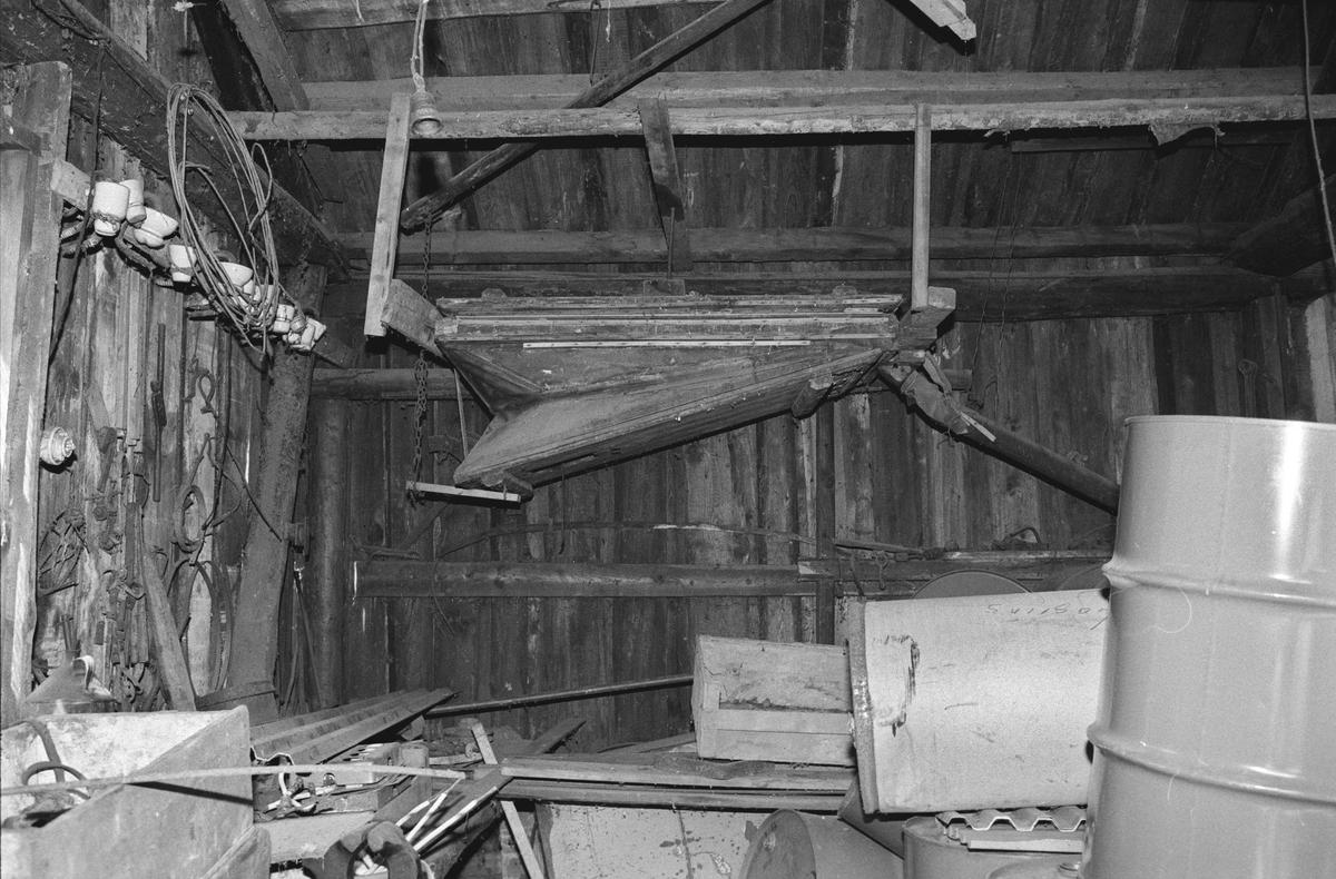 Svartdahl Bruk Interiørbilde fra smia. Blåsebelgen.  Belgen er en orgelbelg. Når underbelgen trekkes opp, blåser den opp en overbelg, vindlade, som sørger for jevn luftstrøm når underbelgen går.