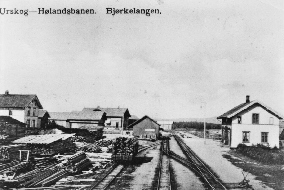 Bjørkelangen stasjon m/godshuset og fullastet godsvogn.