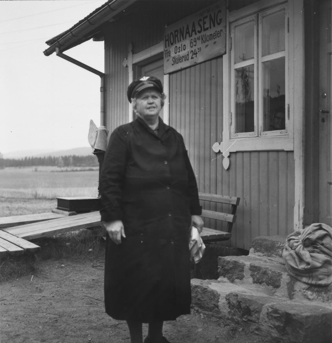 Dagens post er overlevert til stasjonsbetjent Gina Sannerud.