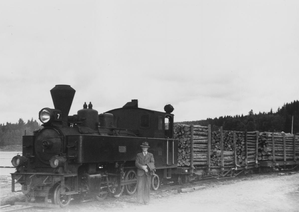 Tømmertog på Skulerud brygge. Foran lok 7 Prydz står tidligere driftsbestyrer Eigil Prydz