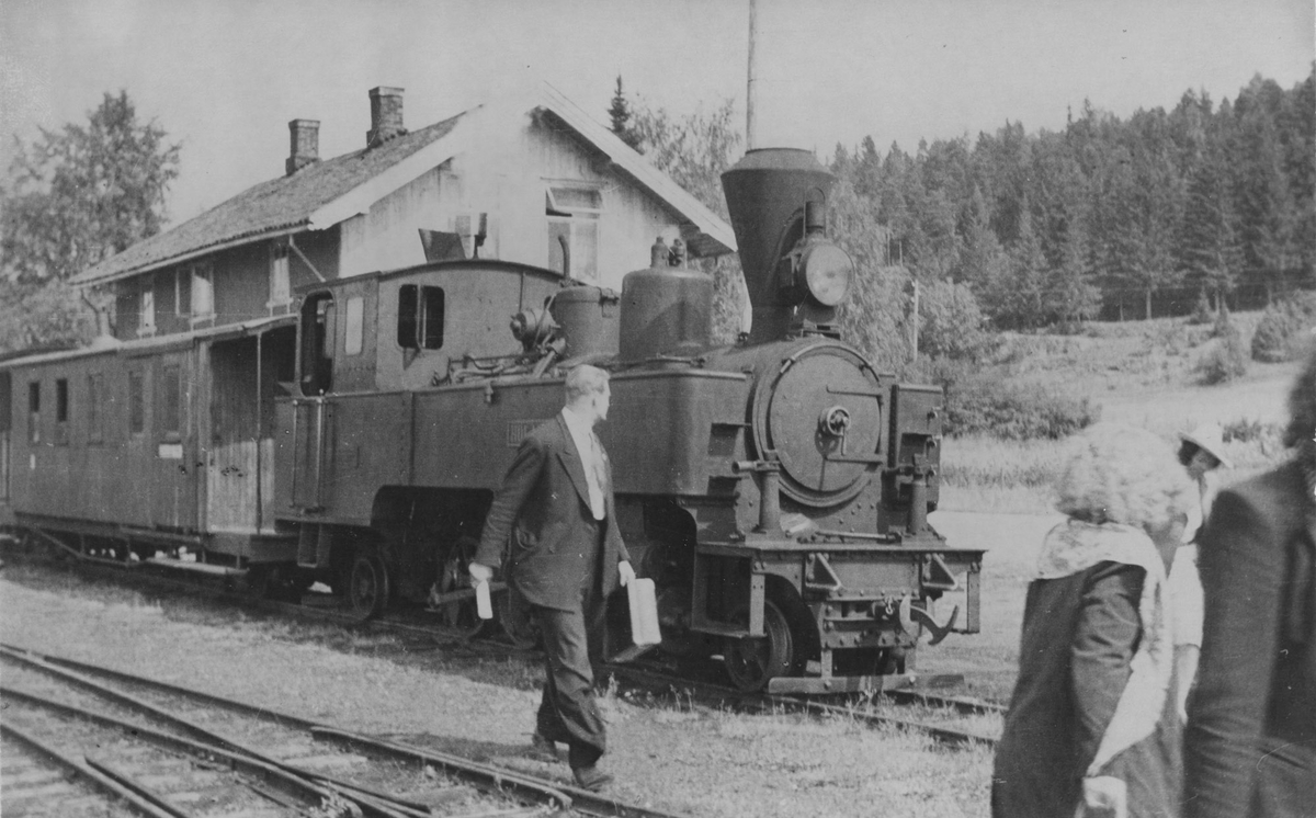 Damplok 6 HØLAND med tog fra Sørumsand på Skulerud stasjon.