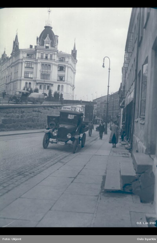 Victoria terrasse fra syd. Gammel bebyggelse langs Ruseløkkveien. Lastebil, Ford TT årsmodell ca. 1920-27.