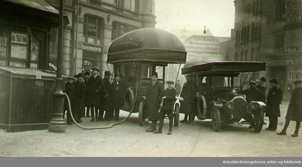 Biler med gassballong på taket fyller gass i Grensen, .september 1917