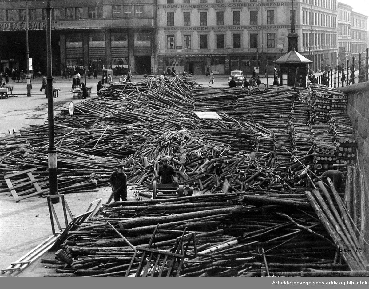 Vedforsyningen i Oslo. Folketeaterbygningens vedlager på Youngstorget, 1943.