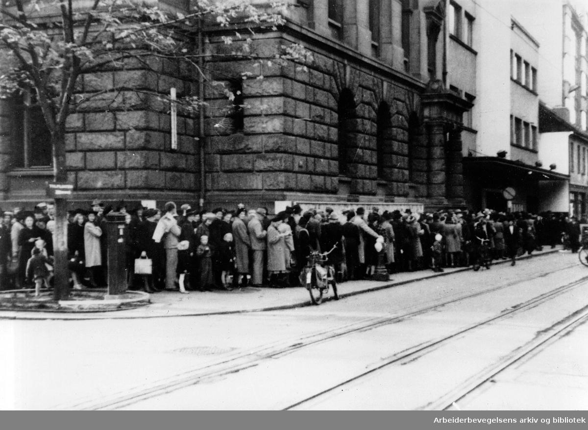 Kø til Centralteatret, .1943