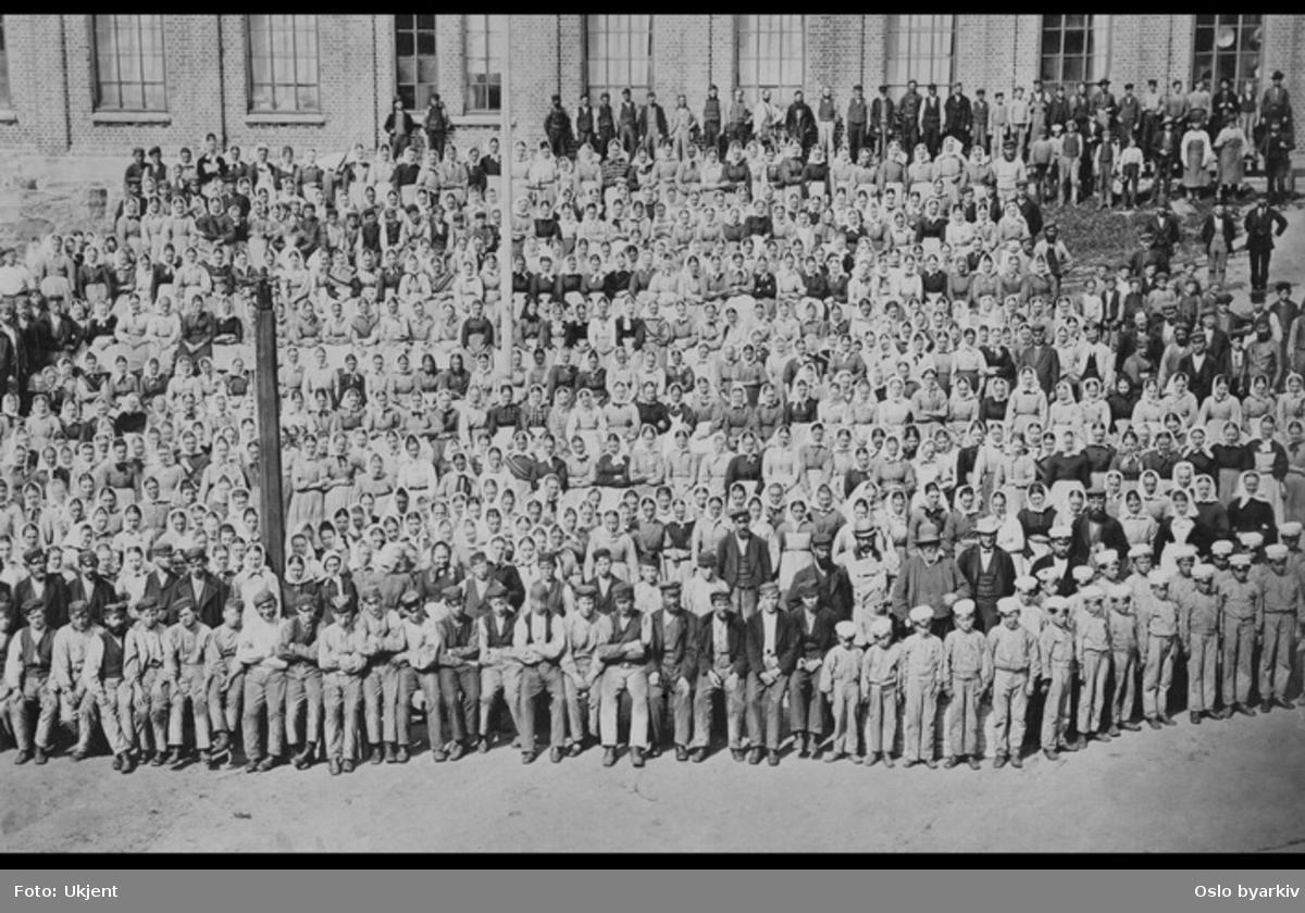 Arbeidere og funskjonærer samlet foran en av bygningene på Nydalens Compagnies fabrikkområde. Fra omkring 1900
