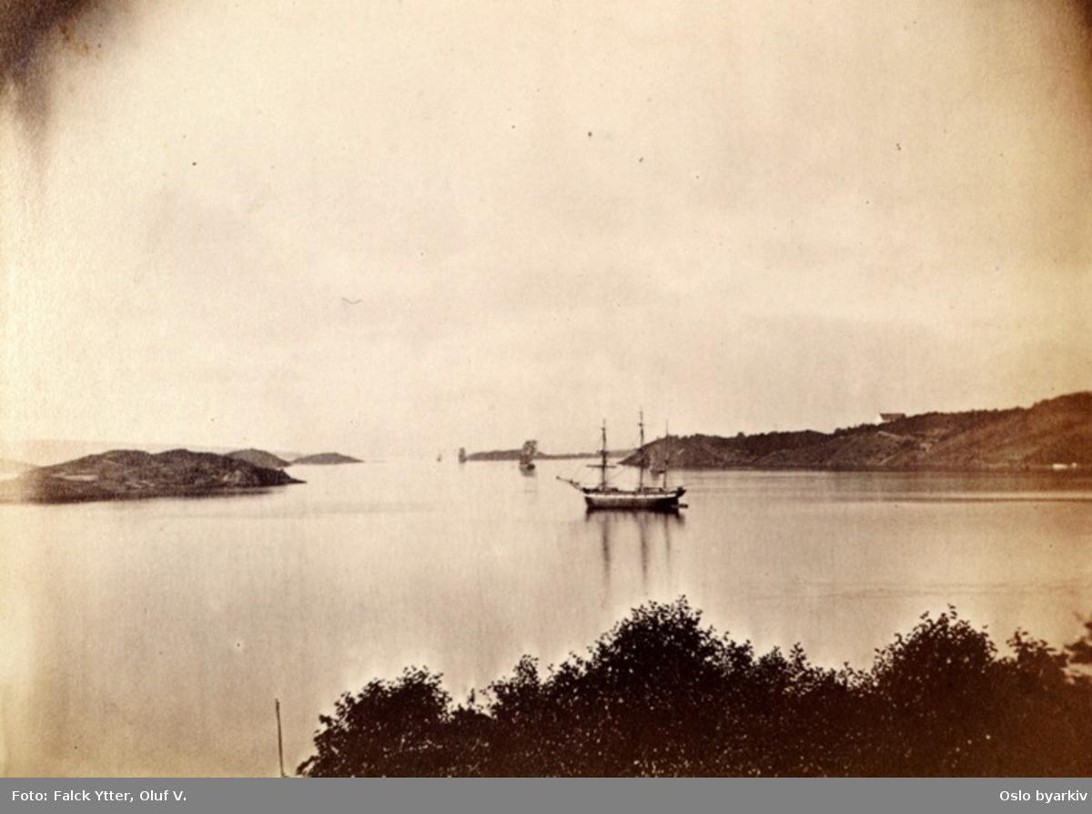 Utsikt fra Kongshavn. Seilskute. Bleikøya til venstre, Hovedøya til høyre.
