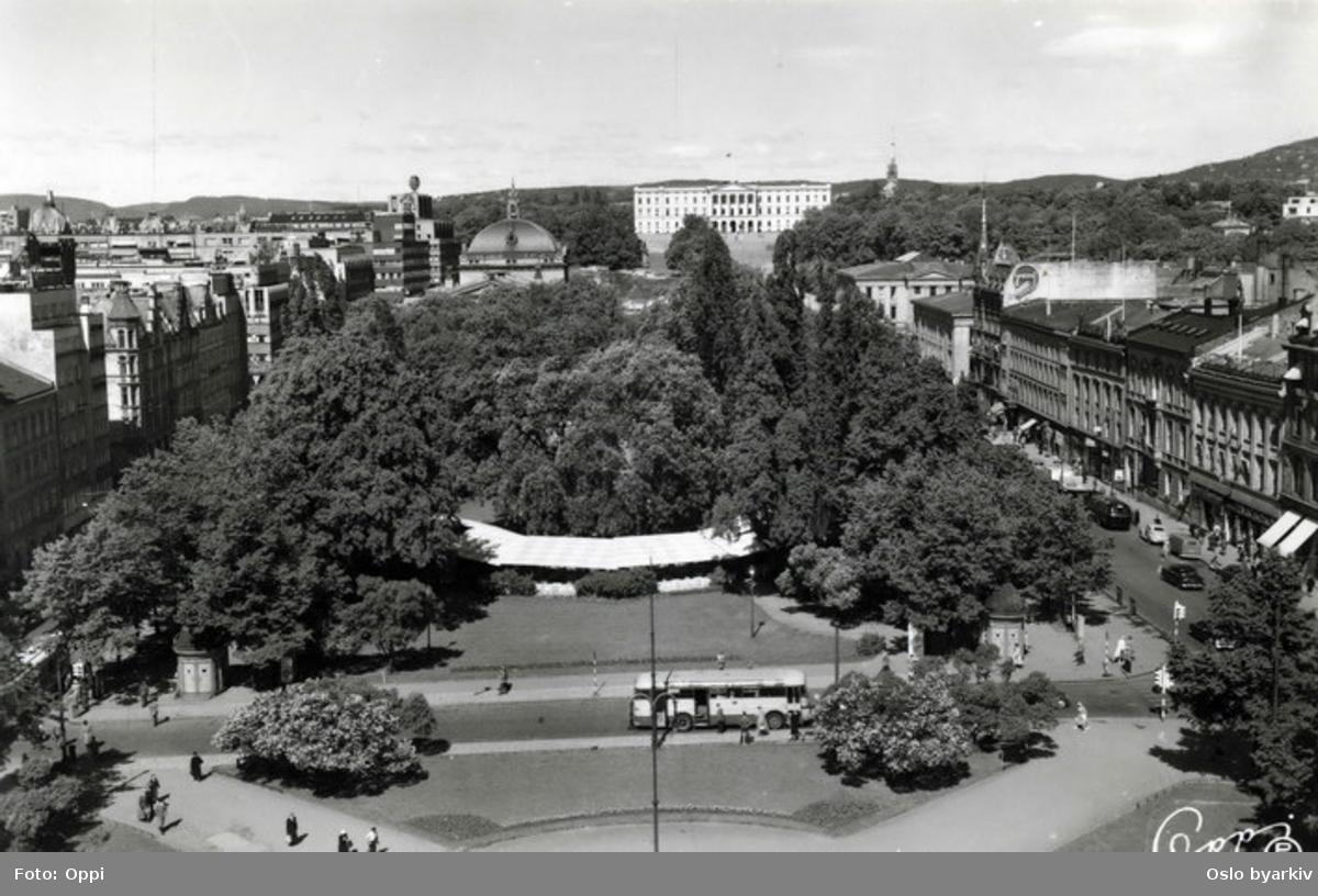 Eidsvolls plass sett fra taket av Stortinget, nederst i bildet Saras Telt og Rosenkrantz' gate, øverst Slottet. Postkort 2444.