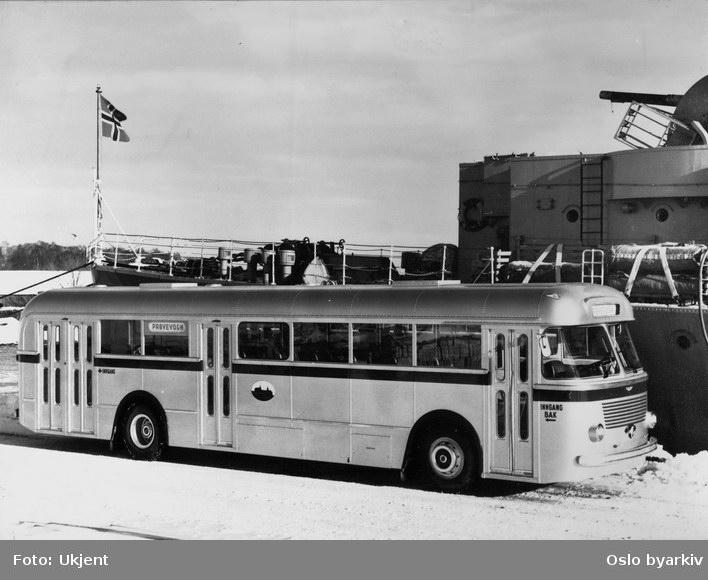 """Oslo Sporveier. Sporveisbuss, A-15916-919 serie dieselbuss VBK / Leyland. """"Osloklassen"""" fregatt ved Karljohansvern i Horten."""