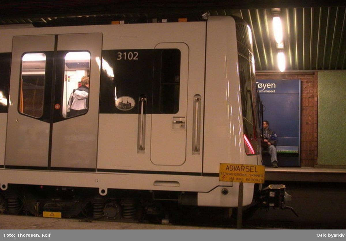 Oslo Sporveier. Nyeste T-banevogtype M3000, her forreste del av vogn 3102 på Tøyen T-banestasjon. Førerromsdør, plattform, reisende (MX)