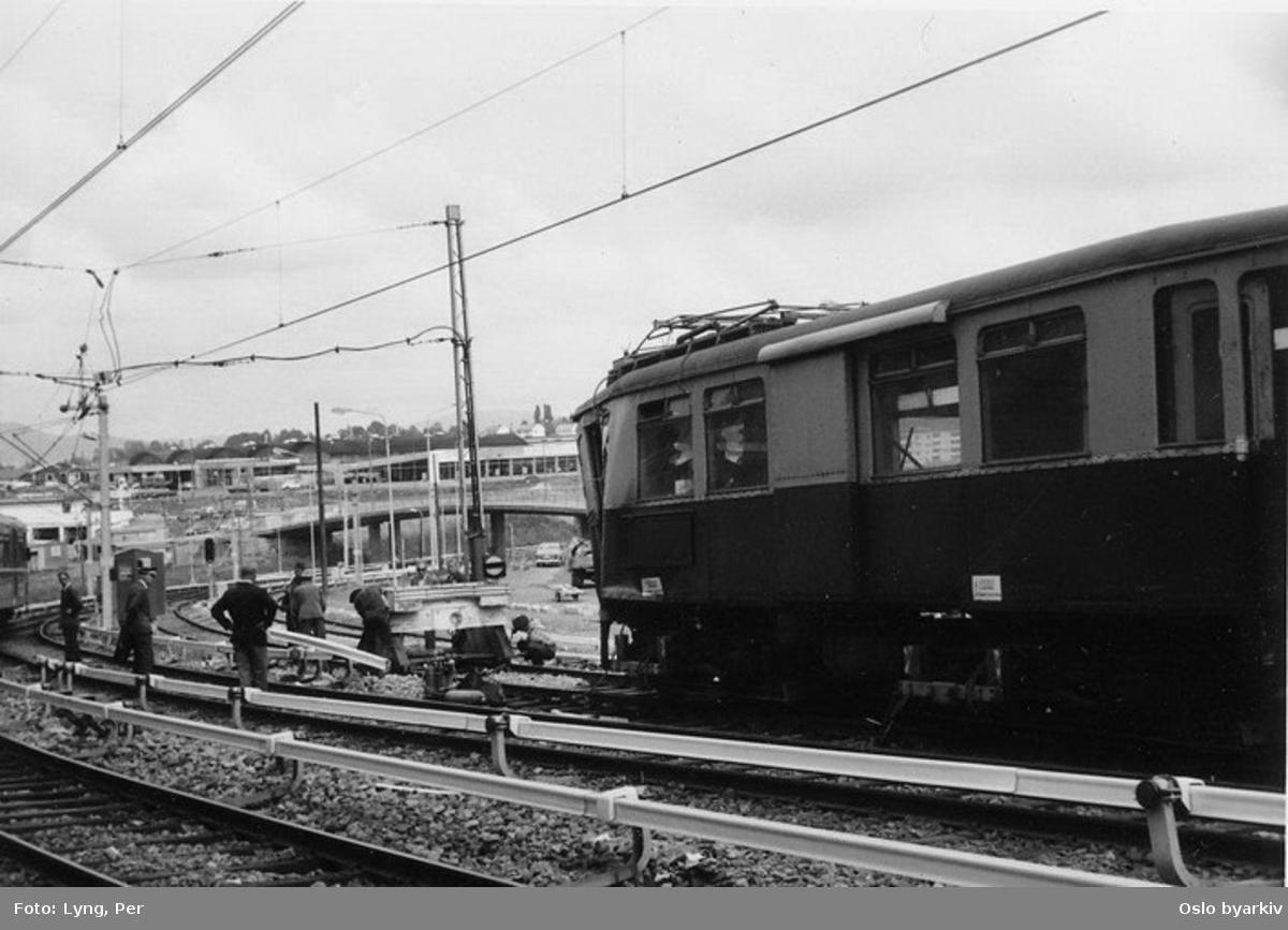 Trikk motorvogn type A nr. 394 (tidligere i trafikk på Lilleakerbanen og Østensjøbanen med nr. 4) etter å ha kjørt på stoppbukken i fangsporet ovenfor Ryen. Sporveisfolk betrakter skadene. Vogna ble utrangert etter dette uhellet.