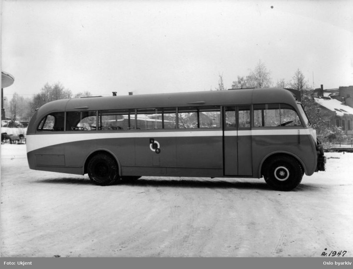 En buss fotografert ved holdeplass. Disse bussene var moderne for sin tid med runde, nyskapende former og ultralett karosseri.