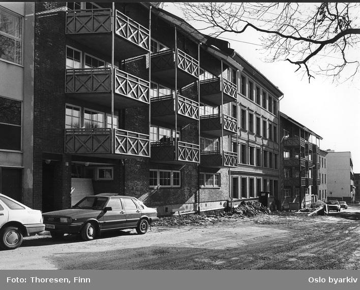 Oppføring av bygårder i tegl. Påbygging av balkonger. Opp-pussing av fasade på eldre gård. Tromsøgata 1-3.
