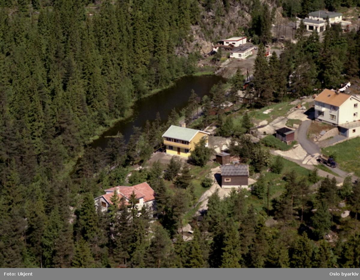 Villabebyggelse. Bensinstasjon bak til høyre. (Flyfoto)