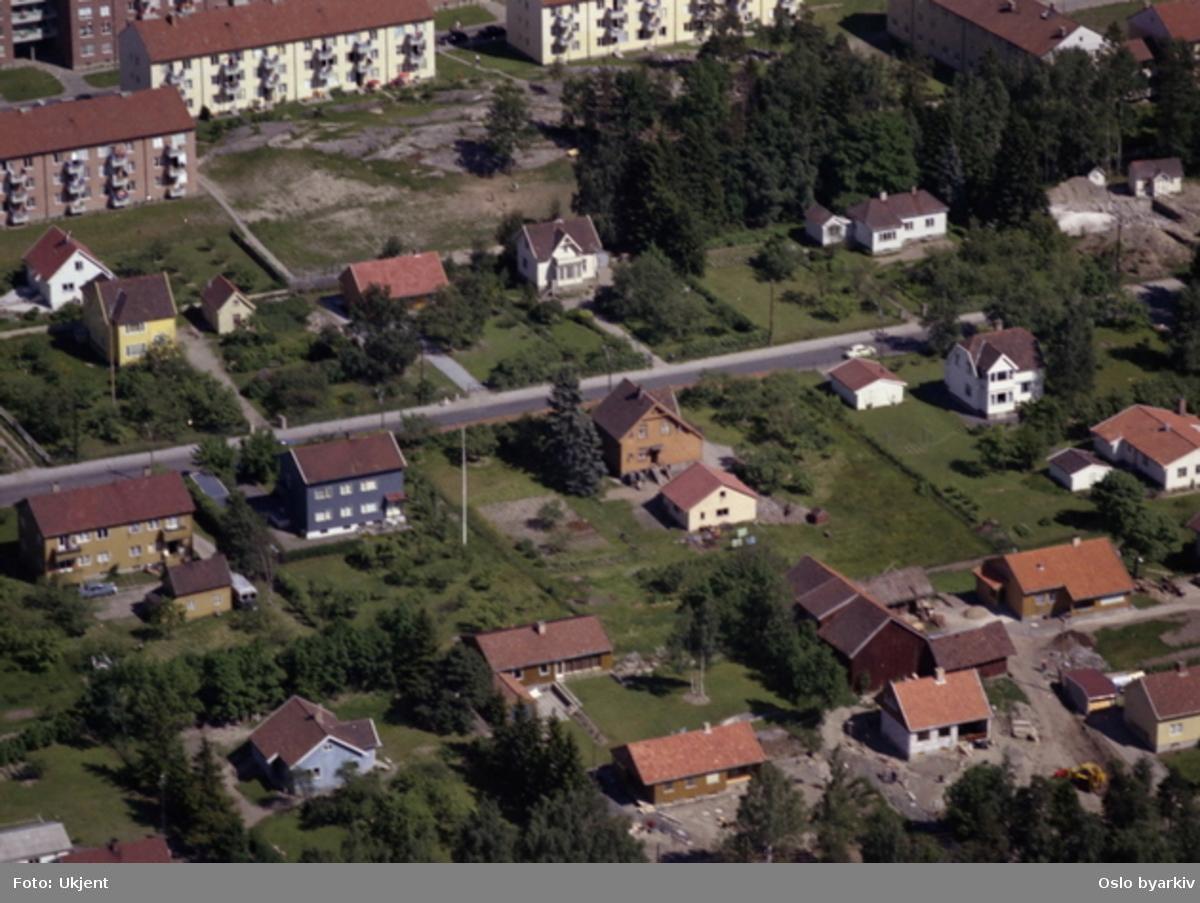 Oberst Rodes vei. Blokkene i bakgrunnen, Radarveien. (Flyfoto)