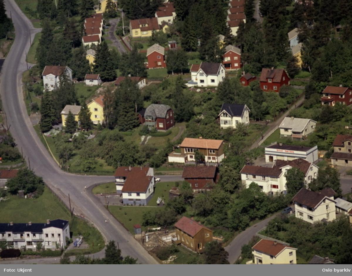 Carl Kjelsens vei, Tåsenveien, Rabakken, øverste del av Korsvollbakken, Heierstuveien, Korsvollbråtan, Morenestien, Hansegata. (Flyfoto)