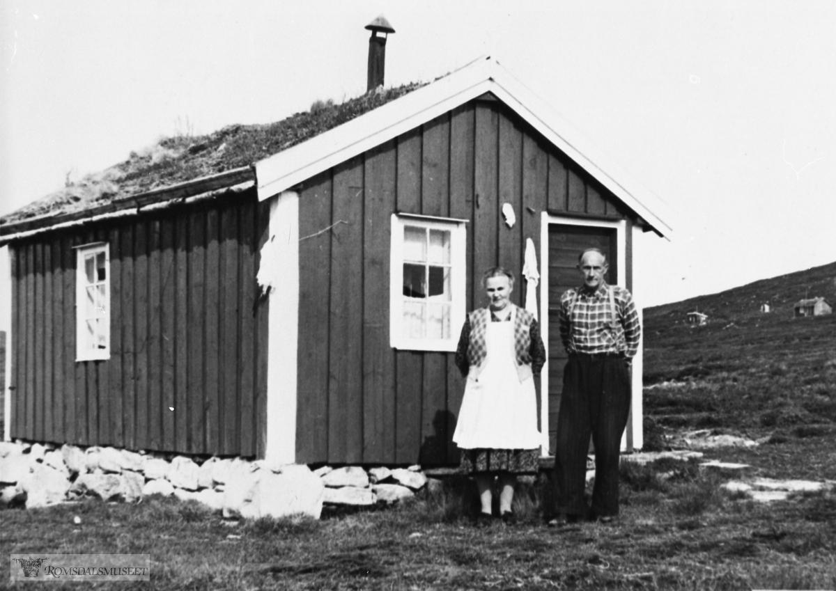 Anna og Gunnar Kalset foran hytta si på Meisalfjellet. Anna og Gunnar er trofaste fjellvandrere.