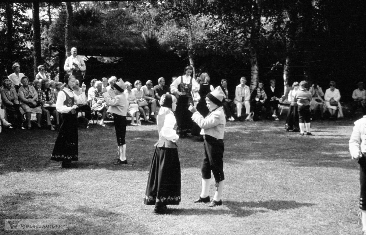 Barnelaikaringen danser for turister 1982.