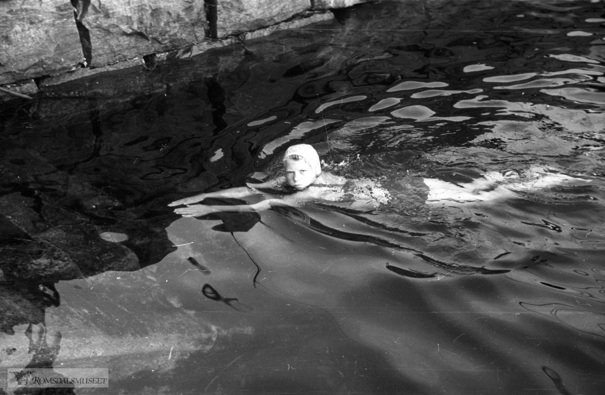 Det lå ofte kvalfett i hamna med ungene badet der likevell..(Filmbeholder 22907 8x11 34T .Datert 1946-1947)