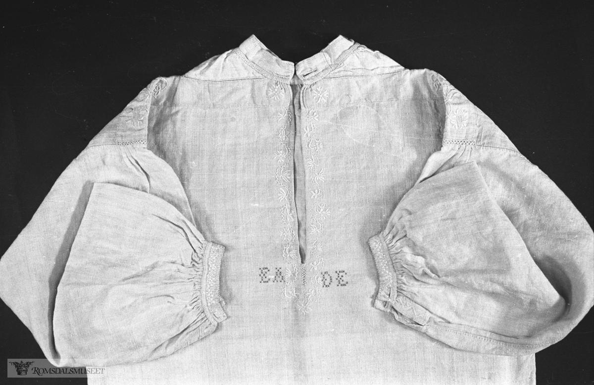 Bunadsskjorte.Denne skjorta og kvarder er utlånt til Romsdalsmuseet av Kristine Norvik, Eidsbygda.