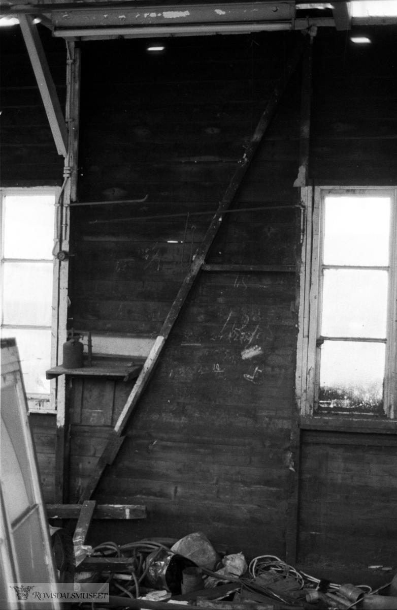 Rødsøyvågen slip og mekaniske verksted under riving og flytting til Fiskerimuseet. ..(se Vegleder Fiskerimuseet på Hjertøya side 27 og Romsdalsmuseets årbok 1985 side 11) Verkstedet stod i Rødsøyvågen, Aukra.24.3.7.