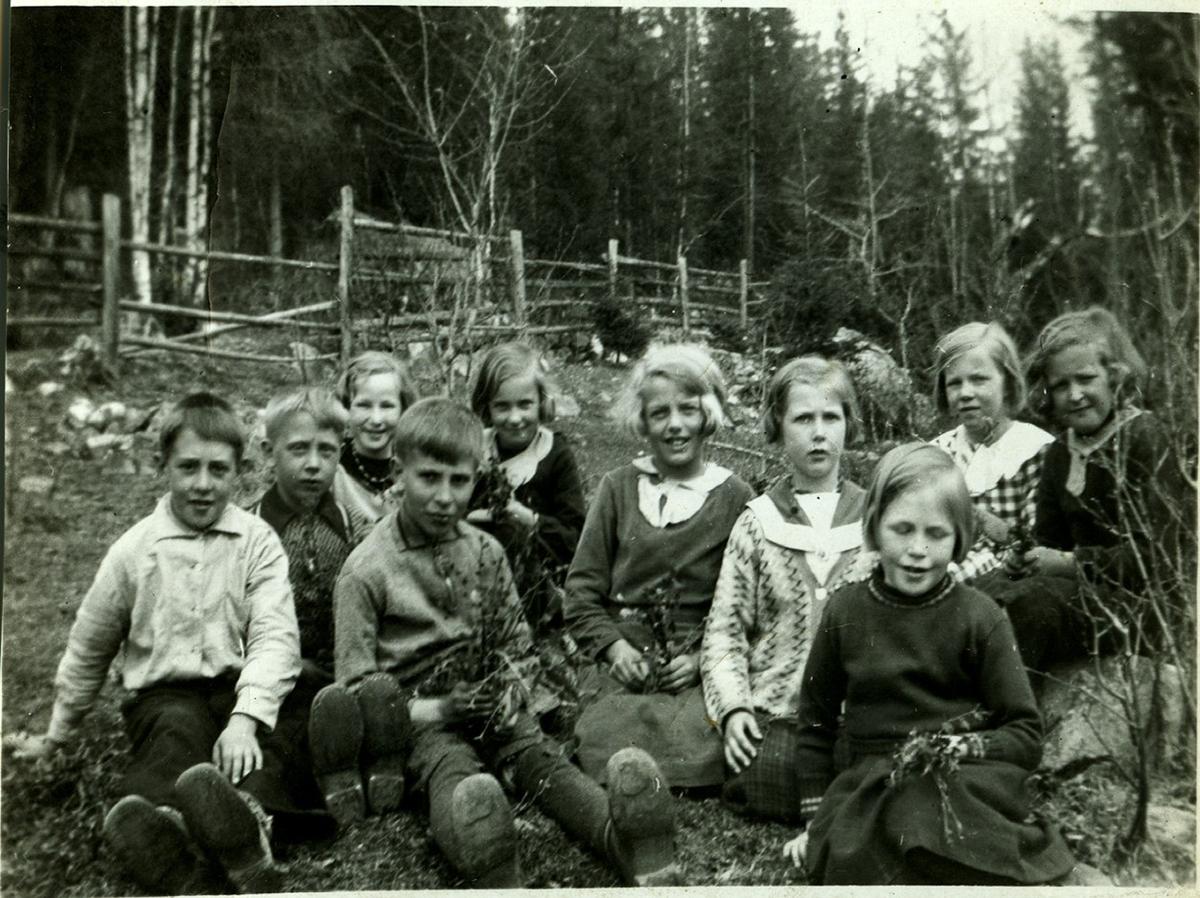 Skulebilde frå Rotneim. 1 og 2 klasse1936 Rotneim skule. 1r frå v.Olav Haugeplass,Tormod Rudningen,Margit Jorde,Birgit Granli og Turid Hansegård. 2r.frå v.Halgrim Evjen,Evy Johansen,Synøve Rustberggard,Agnes Haugeplass og Hjørdis Slåtten.