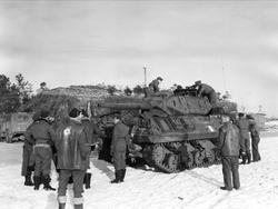 En erobret tysk stridsvogn blir grundig studert av norske fl