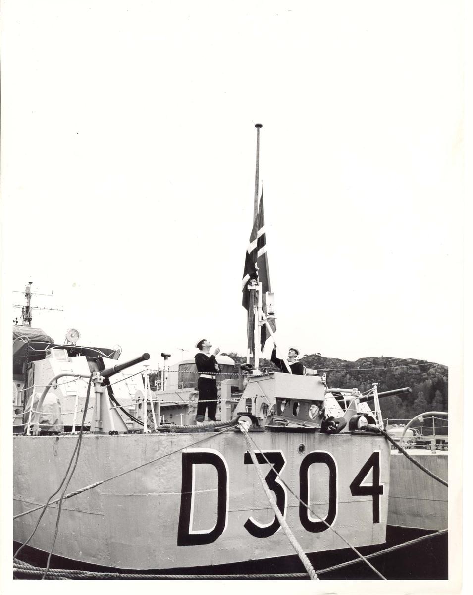 Motiv: Jageren KNM Bergen (D304)Babord låring.Strykes for siste gang 16.mai 1966 kl.1000