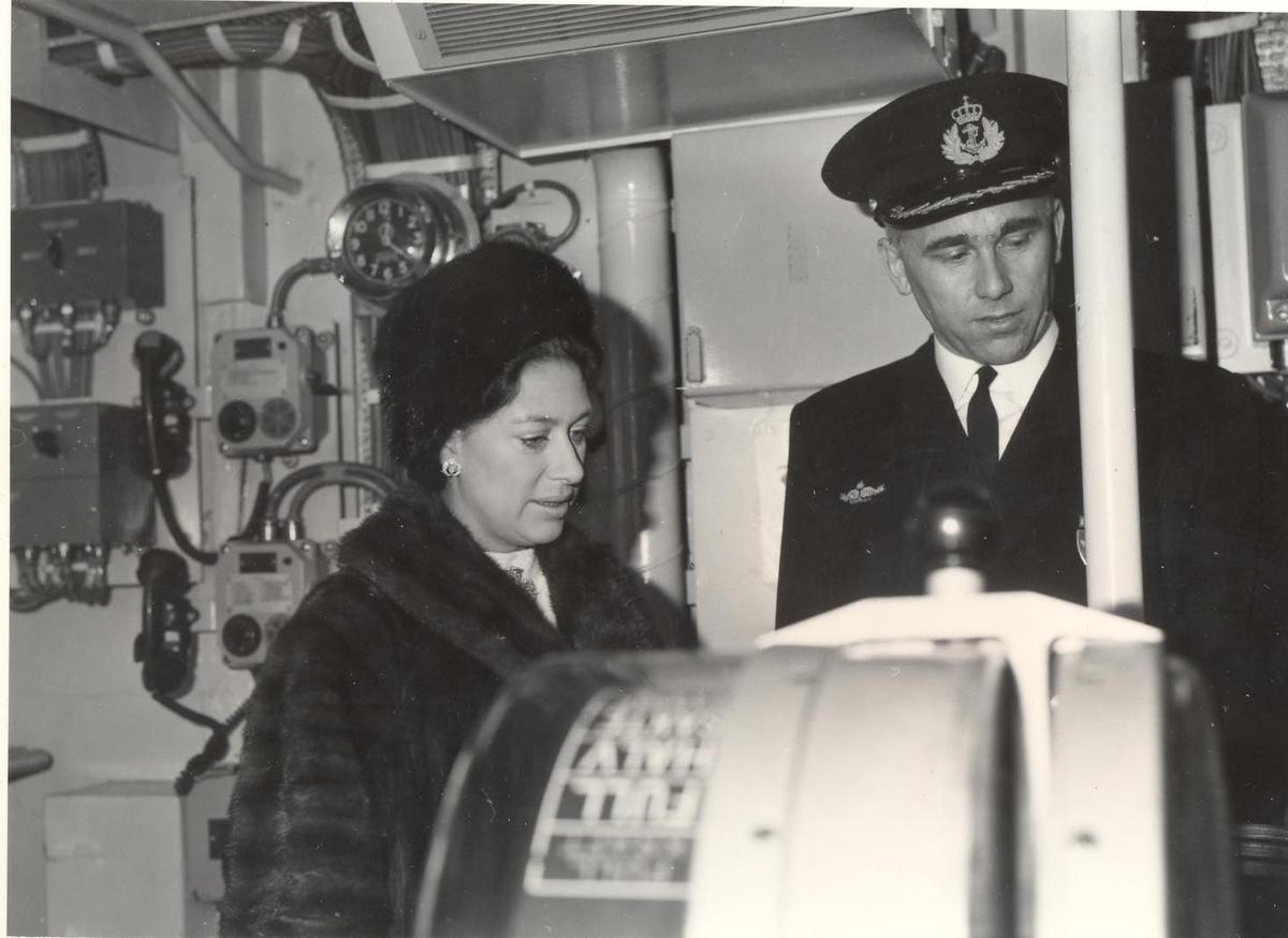 Enkeltbilde. Prinsesse Margaret besøker jageren KNM Stavanger i 1969, her er det kom M. Orning som viser rundt.