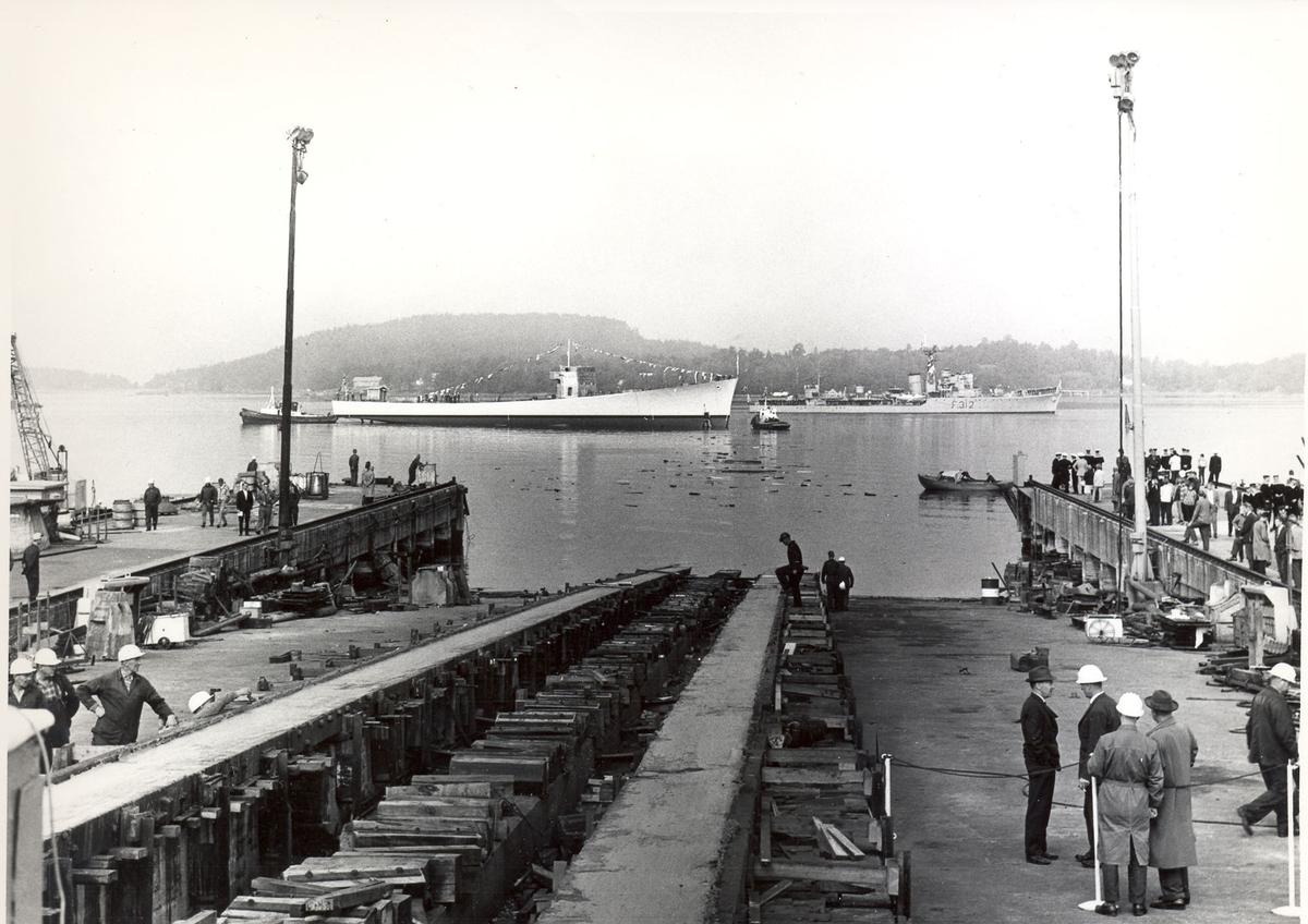 """Oslo-kl.- fregatt KNM """"Trondheim"""", dåp og stabelavløpning, 4. sept. 1964. Skipet/skroget etter sjøsettingen."""