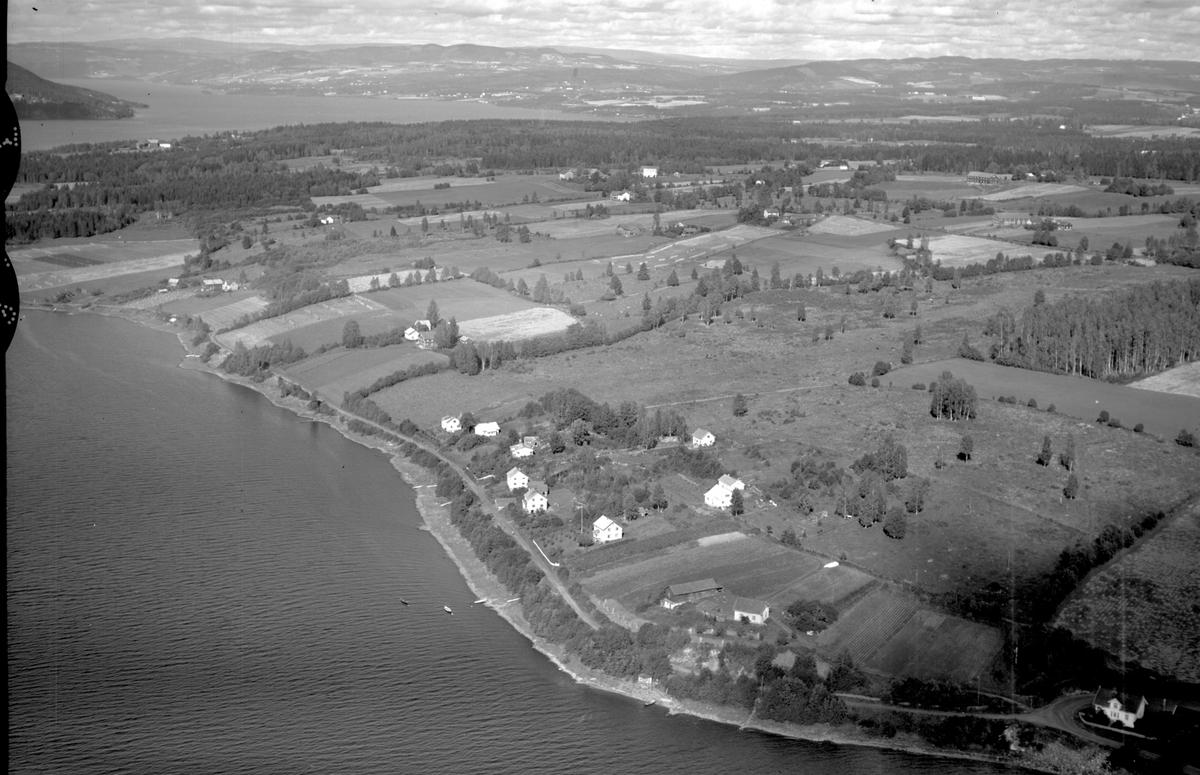 Flyfoto fra Mengshoel, Nes, Hedmark. Småbruket i forkant er Karlstad. Tangnes blir ut til venstre.