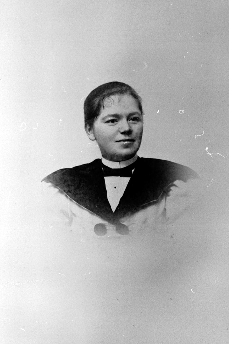 Portrett, Gina Bjørnerud, arbeidet ved telefonsentralen, Brumunddal.