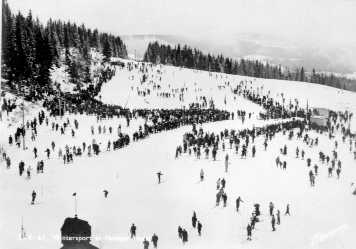 Skirenn ved Høsbjør Turisthotell, norgesmesterskap på ski i 1949, mye folk.