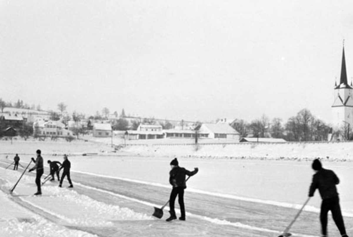 Seks gutter lager skøytebane på Mjøsisen ved Nessundet bru, Nes kirke, Hedmark.