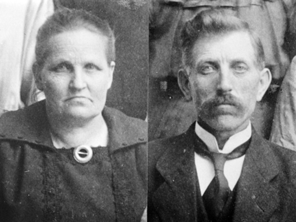 Portrett av ekteparet Anne Olsdatter Linnerud (1868-1934) og Nikolai Mikkelsen Lovisenberg (1872-1963). De hadde 11 barn sammen. Nikolai var veiarbeider, formann i Nes Arbeiderforening i flere perioder. Satt i Nes kommunestyre for Arbeiderpartiet.