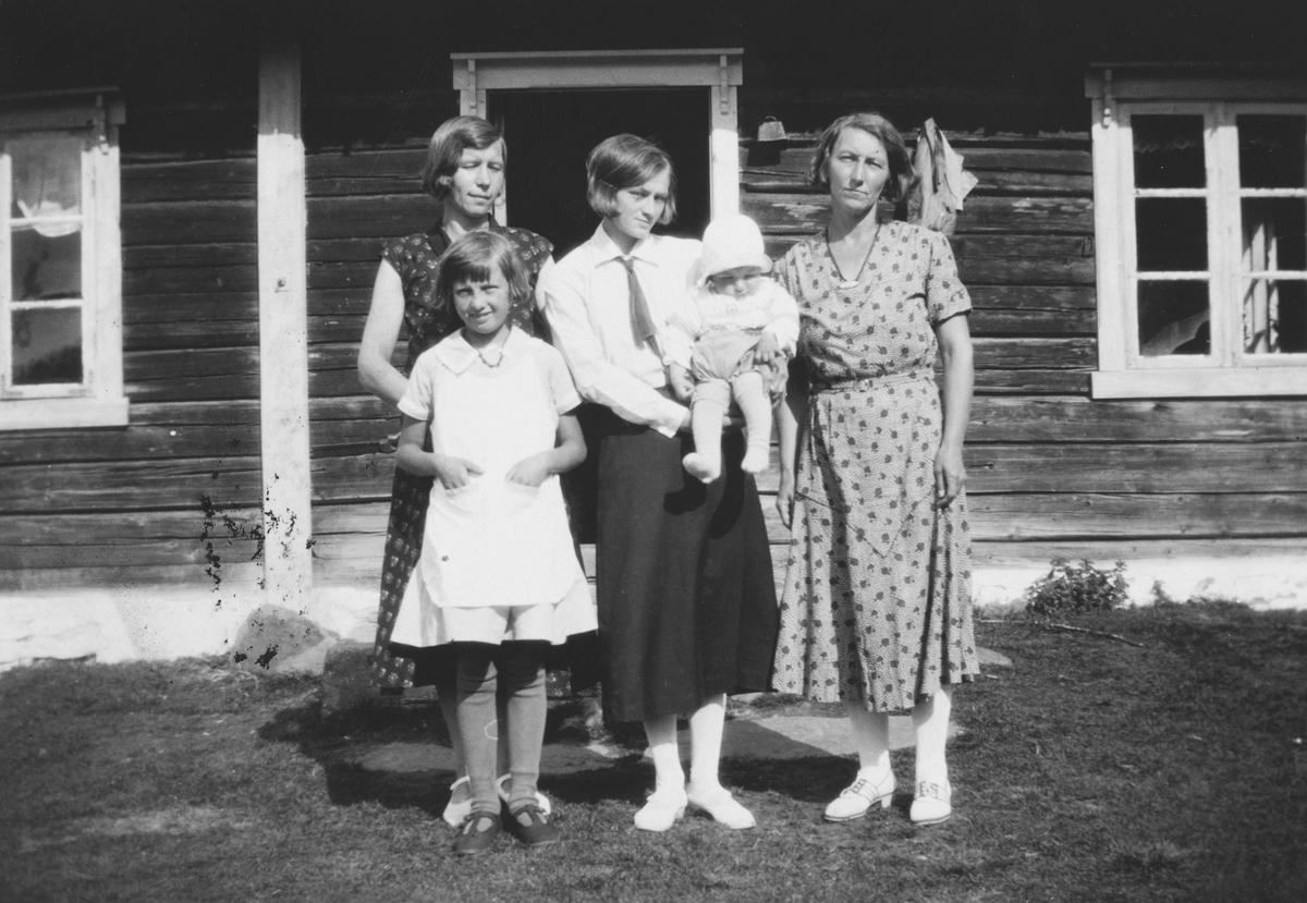 Dammen sag, Sagstua, Vestre Skogbygd, Løten. Anna Lilli Westerhaug, bak henne, hennes mor, Astrid Oppegårdstuenf. Svendby, i midten Pernille Granhaug med sønnen Tore og til høyre Emma Larson. Astrid, Pernille og Emma var søsken.