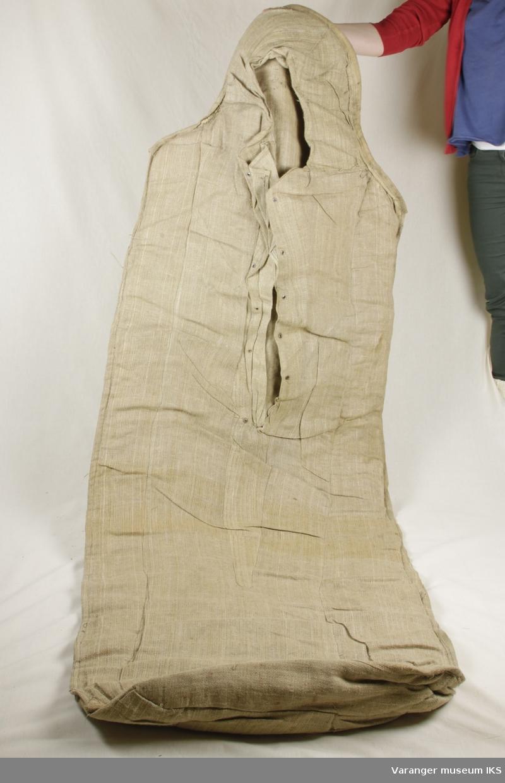 Sovepose i striestoff. Isolasjonslag av treull sydd inn. Hull til snøring i frontens øvre halvdel.
