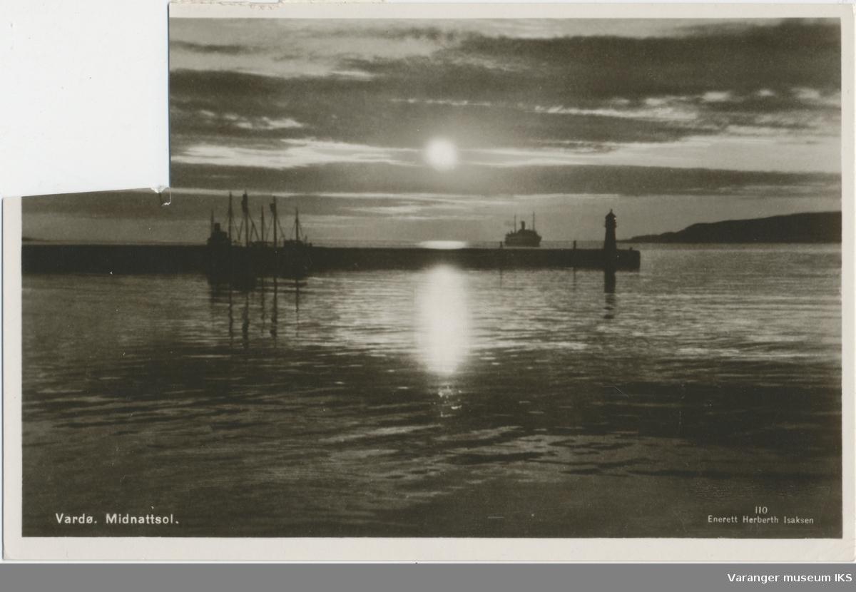 Postkort, midnattsol over vestre molo, nordgående hurtigrute og Reinøya i bakgrunnen