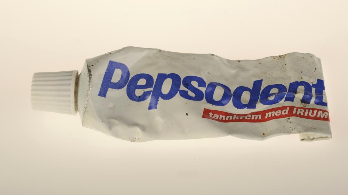 Hvit tube i metall med hvit plastkork.