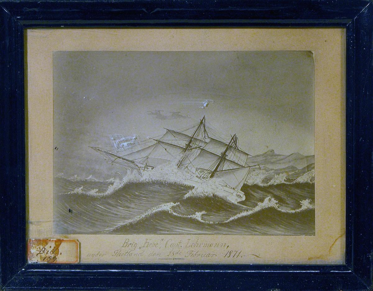 """Brigg """"Hebe"""" for fulle seil på stormfullt hav utenfor kyst."""
