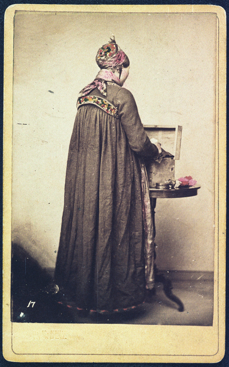 Postkort, fargelagt, pige fra Valdres