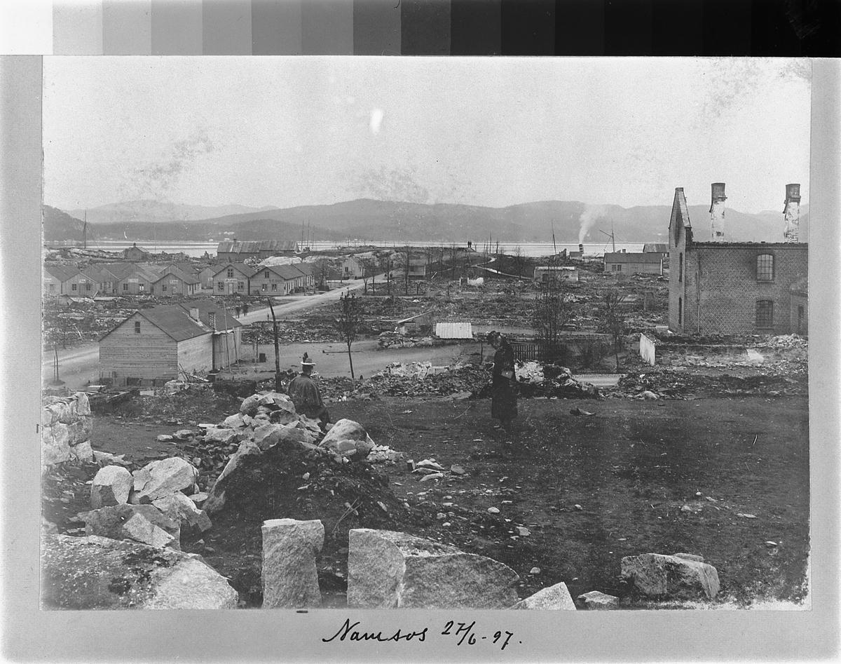 NAMSOS. OVERSIKT ETTER BRANN I 1897. Nedbrent hus til høyre.