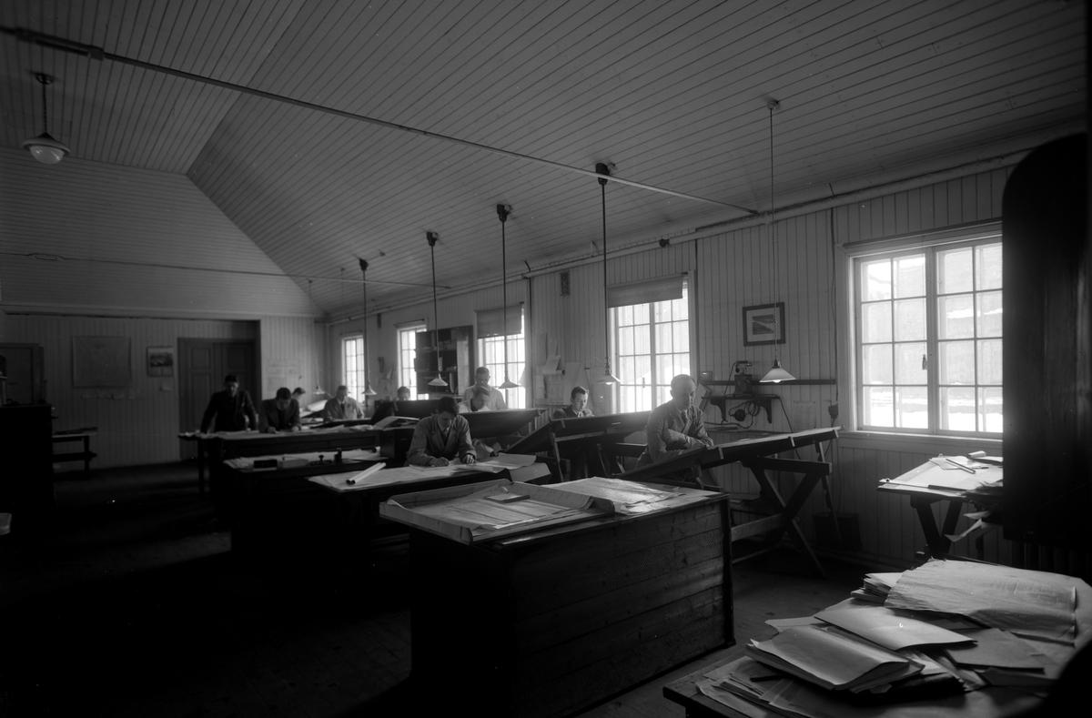 HAMAR JERNSTØPERI OG MEK. VERKSTED, HAM-JERN, INTERIØR, INGENIØRER, TEKNISKE TEGNERE, TEGNESAL CA. 1939-1940. SE HAMARBOKA 2 S. 49.